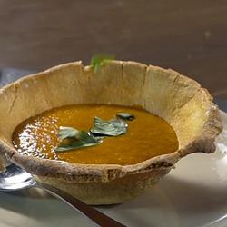 Recette originale de soupe de tomate dans un bol de pain