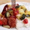 Délicieux plat de légumes et de saucisses au four