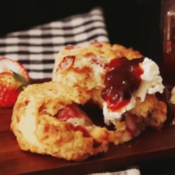 La recette anglaise du scones à la framboise délicieuse