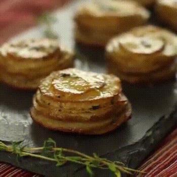 Magnifiques empilés de pommes de terre au parmesan