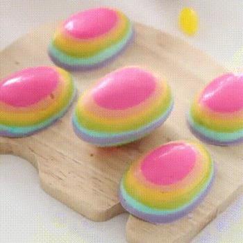 Délicieux petits oeufs de pâques aux couleurs arc-en-ciel