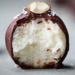 Dessert de boules au coco et chocolat un délice